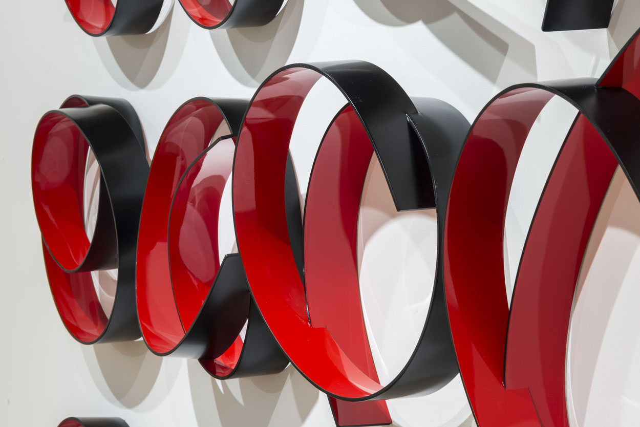 <i> Full Circle Red/Black</i>; 2014; bending ply, laminate, polyurethane; 250 x 240 x 21 cm